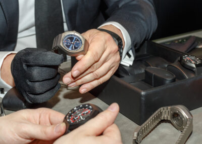 Valuables and watches: how to buy second-hand items? The expert answers